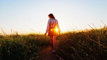 meisje loopt door natuur