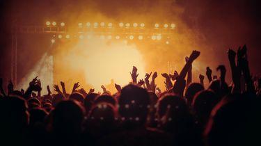 overzicht van dansende mensen in club
