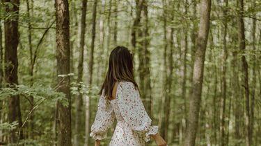 Vrouw loopt door bos