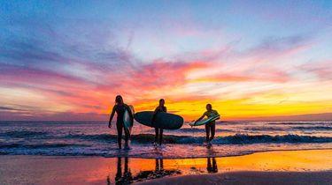 Surfers op surfana yoga en surf rertreat