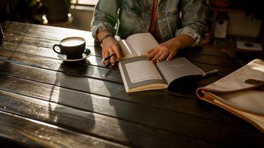 meisje aan het freelancen in koffiezaakje