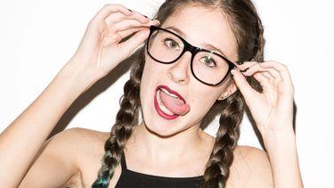 een betweter met een bril