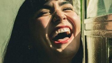 vrouw lacht uitbundig