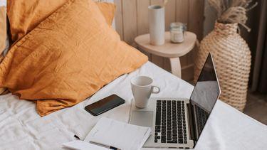 laptop op bed