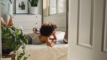Vrouw die op bed ligt en verbintenis vindt met vrienden en familie