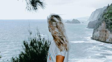 meisje kijkt naar de zee tijdens een yogareatreat op ibiza