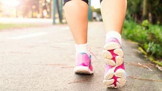 Vrouw met roze schoenen, alleen schoenen zijn gefotografeerd