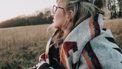 vrouw tijdens herfst met kriebelhoest
