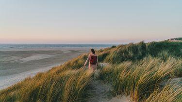 vrouw aan het micro reizen op Texel