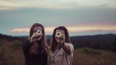 twee meisjes in veld