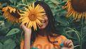 vrouw met zonnebloem