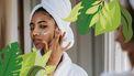 Vrouw smeert vegan producten op gezicht
