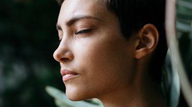 vrouw doet ademhalingsoefening om stress op werk tegen te gaan