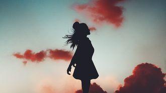silhouet van vrouw voor nieuwe maan