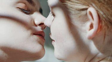 twee vrouwen die zoenen