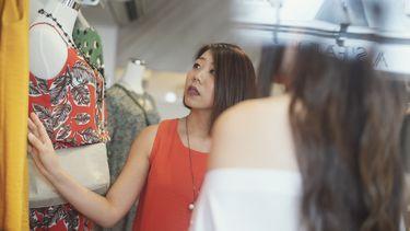 Vrouw die shopt in ZARA winkel