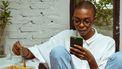 vrouw kijkt op telefoon