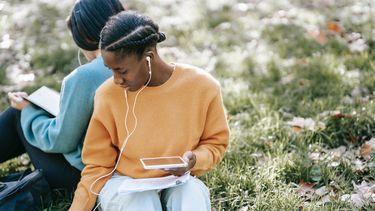 meisje luistert naar podcast