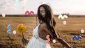 vrouw met bloem in hand in veld