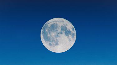 volle maan op blauwe lucht