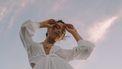 vrouw met bewolkte lucht