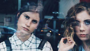twee meisjes voor een raam