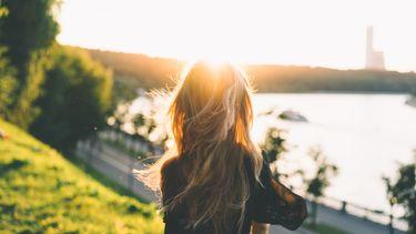 Vrouw in het park in de zon
