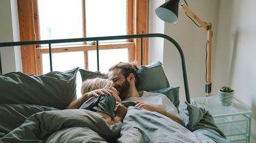 twee mensen hebben een connectie tijdens de seks in bed