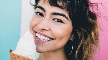 meisje eet ijsje