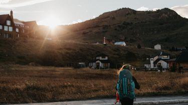 meisje in dorp op de bergen, stress tips