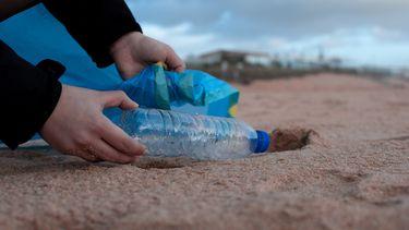 Afval opruimen strand