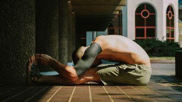 man doet yoga