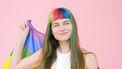 vrouw met regenboogvlag