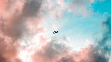 Vliegtuig in gekleurde lucht