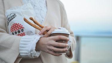 vrouw heeft koffie to go gehaald