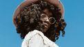 meisje met hoed op tegen een blauwe lucht