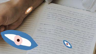 Meisje dat haar dromen en doelen opschrijft in een boekjes