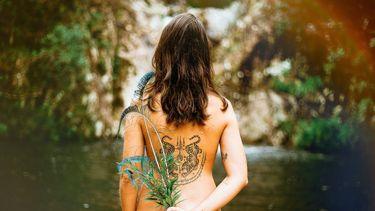 vrouw met groene badkamer-artikelen