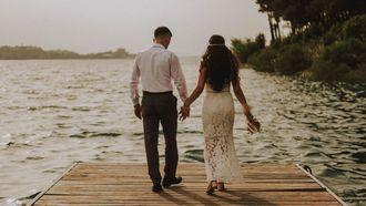 bruidspaar bij het strand