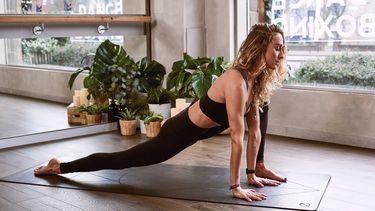 meisje in yogaschool