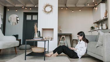 vrouw heeft geen fijne home office gecreëerd