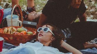 vrouw in park met picknick