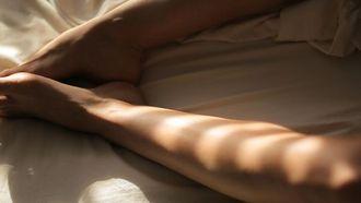 Blote benen in bed