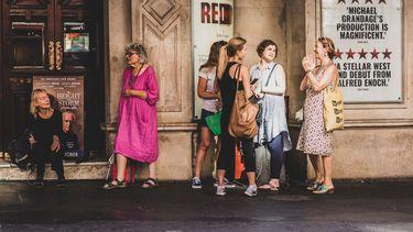 kletsende vrouwen op straat