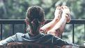 meisje op balkon tijdens reis