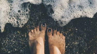 voeten in de zee