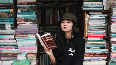 vrouw die boeken over duurzaamheid leest