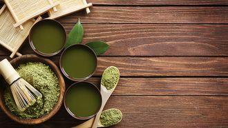 Een tafel met spirulina-supplementen