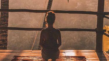 vrouw mediteert in hut