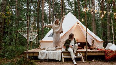 jongen en meisje op een duurzame camping